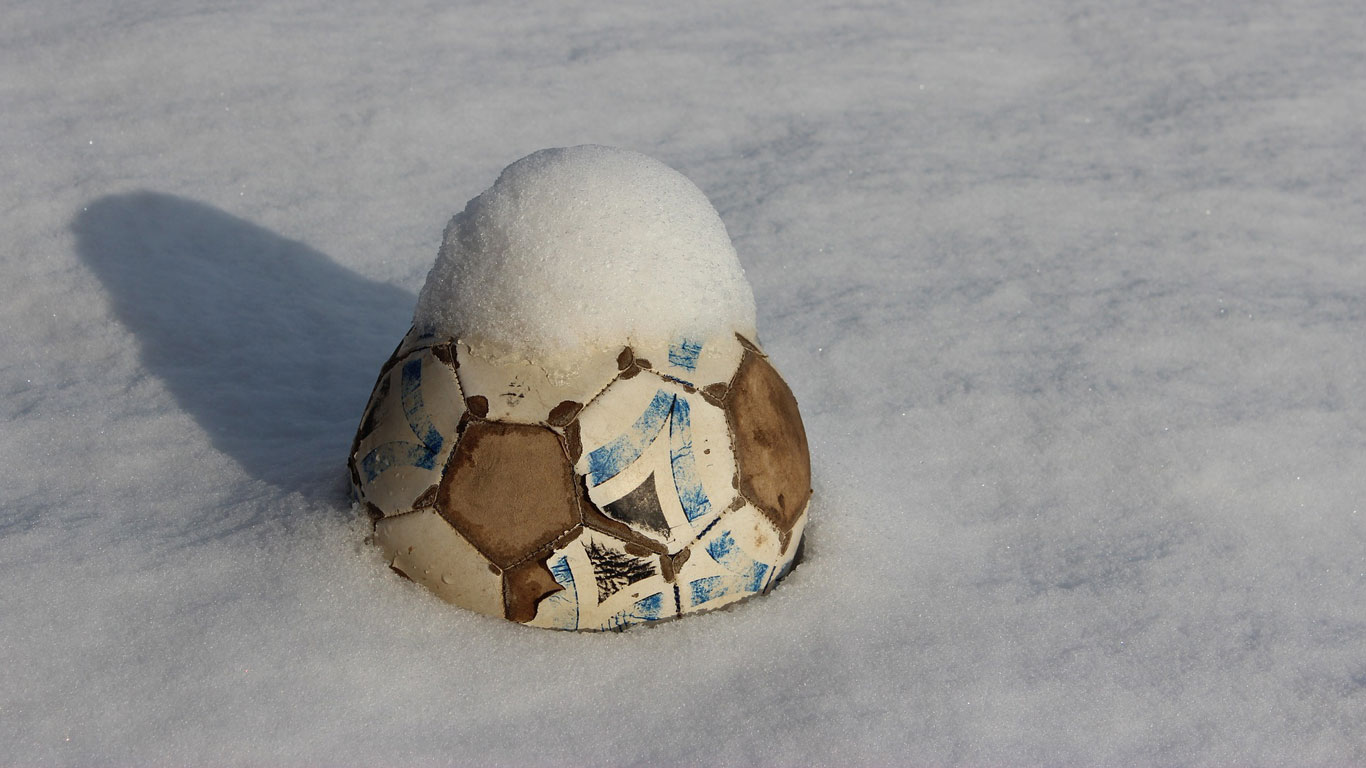 football-in-the-snow
